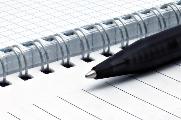 Páginas do caderno com caneta. isolado sobre o branco.