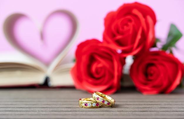 Páginas do livro curvado forma de coração com aliança