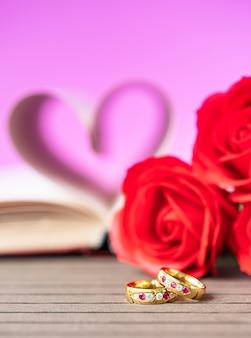 Páginas do livro curvo forma de coração com anel de casamento