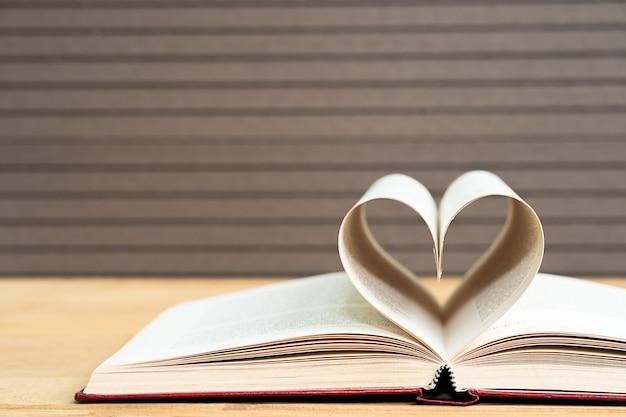 Páginas do livro curvo forma de coração