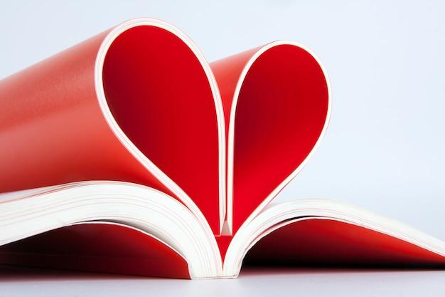 Páginas do livro dobradas em forma de coração