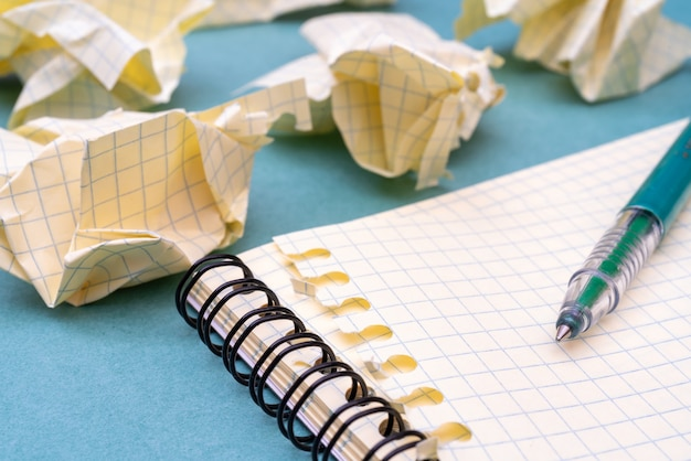 Páginas verdes da caneta-tinteiro e do bloco de notas. preparando-se para bolsa e educação. o tormento da criatividade.
