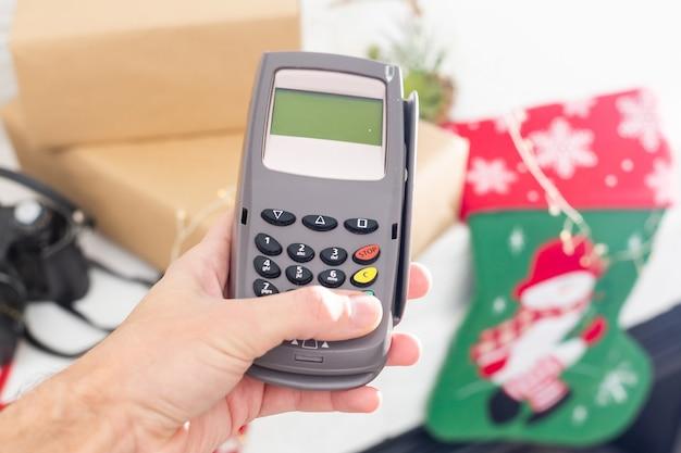 Pago com pos e cartão de crédito, terminal pos, decoração de natal