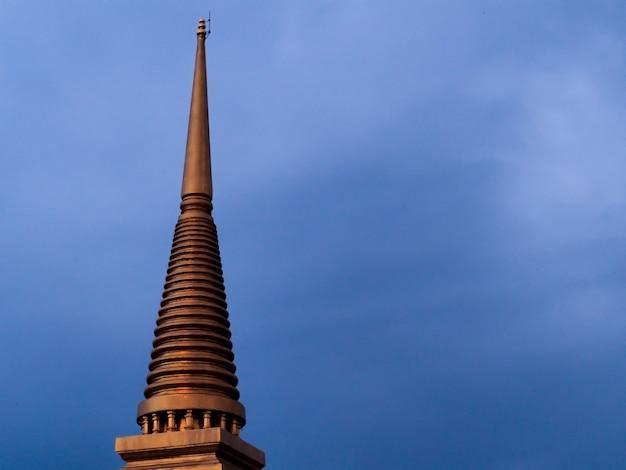 Pagoda dourado para o fundo do céu azul. (templo na tailândia)