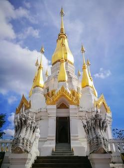 Pagode branco e dourado no céu azul em Khong Jiam Ubonratchatani, domínio público