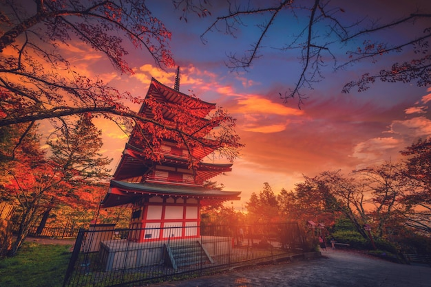 Pagode de chureito e folha vermelha no outono no por do sol em fujiyoshida, japão.