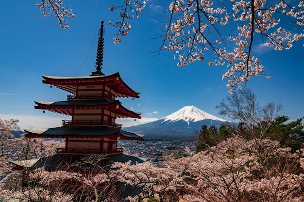 Pagode de chureito e mt. fuji na primavera com flores de cerejeira em fujiyoshida, japão.