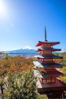 Pagode de chureito e mt. fuji no outono, japão