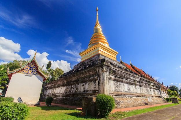 Pagode de ouro na província de nan. norte da tailândia.