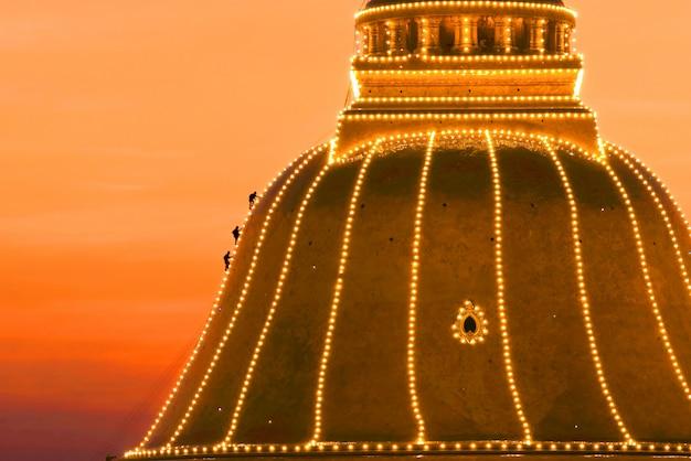 Pagode de ouro wat phra pathom chedi no marco do sol da província de nakhonpathom