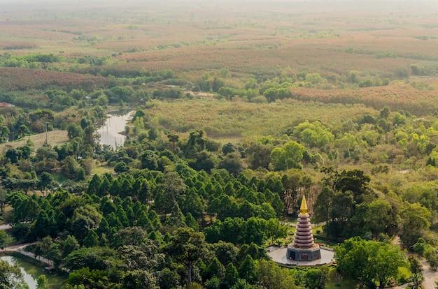Pagode de pedra perto da montanha phu thok