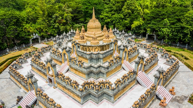 Pagode do arenito da vista aérea em wat pa kung temple, wat prachakom wanaram, roi et, tailândia.