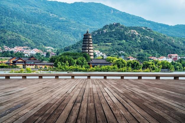 Pagode do lago e templo lianyungang huaguoshan