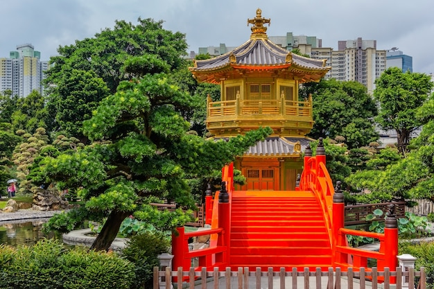 Pagode dourada do jardim de nan lian na cidade de hong kong com um céu nublado, hong kong china
