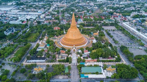 Pagode dourada phra pathom chedi da província de nakhon pathom ásia tailândia, fotografia aérea