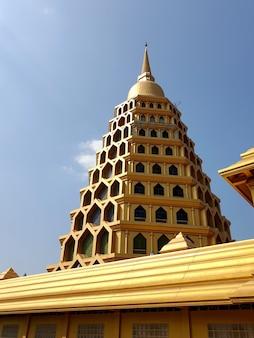 Pagode dourado no templo thait, província de angthong, tailândia
