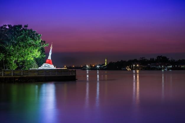 Pagode inclinado à luz da noite à beira do rio chao phraya wat phramaiyikawat.