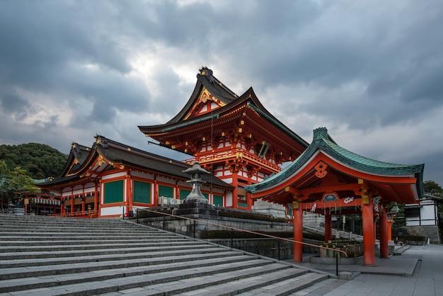 Pagode na entrada do santuário de fushimi inari, um santuário de xintoísmo