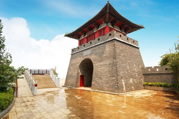 Pagode no grande muralha da china. uma das sete maravilhas do mundo. património mundial da unesco