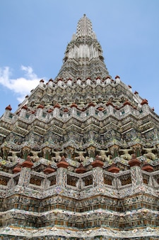 Pagode no templo de wat arun é o marco do templo perto do rio chao phraya em bangkok na tailândia