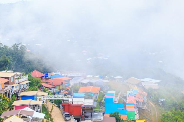 Pagode no topo da montanha com a névoa e cor villa completa em phu tub berk, tailândia