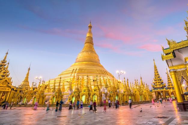 Pagode shwedagon em yangon, mianmar ao pôr do sol