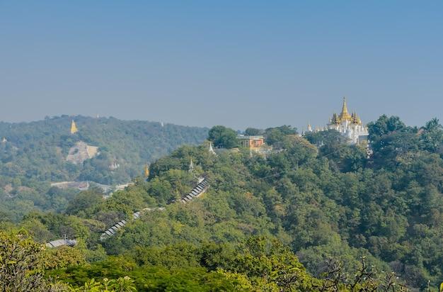 Pagodes dourados na colina sagaing, mianmar