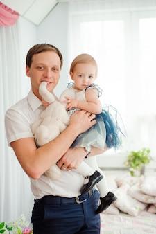 Pai, abraçando e beijando sua filha pequena