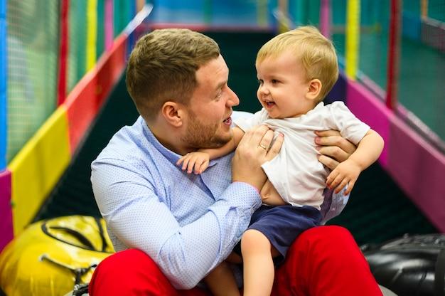 Pai abraçando filho bonito