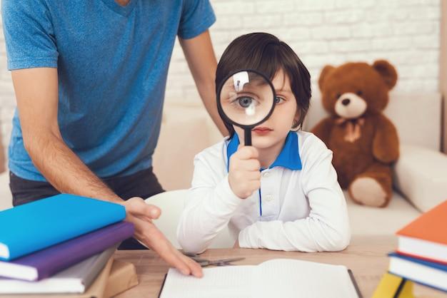 Pai ajuda seu filho a fazer lição de casa.