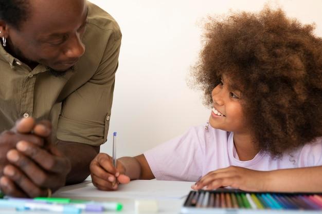 Pai ajudando a filha com o dever de casa