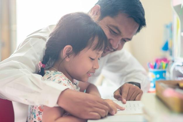 Pai, ajudando, dela, filha, para, dela, dever casa, com, engraçado