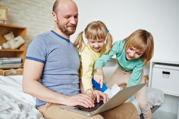 Pai ajudando filhas