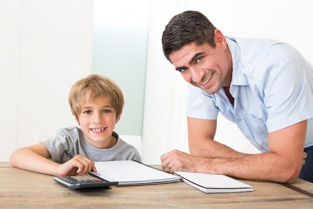 Pai, ajudando, filho, com, dever casa