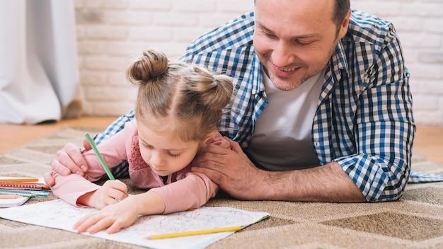 Pai, ajudando, menina, em, desenho, enquanto, mentindo, tapete, casa