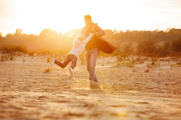 Pai alegre brincando com sua filha pequena
