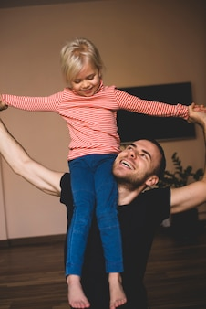 Pai alegre brincando com sua filha