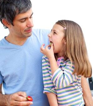 Pai alegre e sua filha tomando café da manhã
