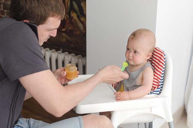 Pai, alimentação, criança, filho, enquanto, falando, telefone