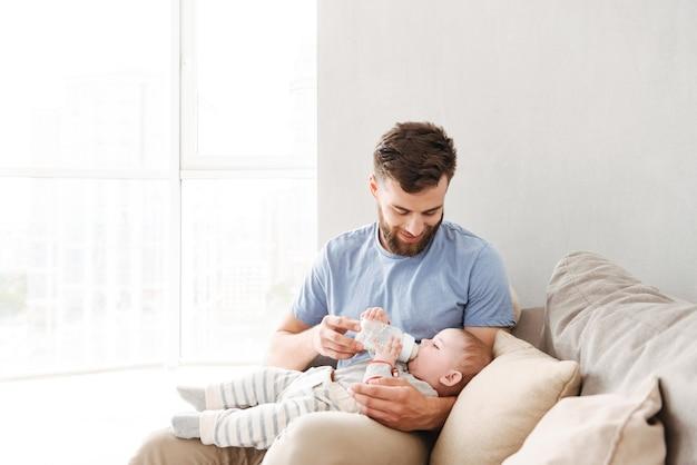 Pai alimentando seu bebê com uma mamadeira de leite