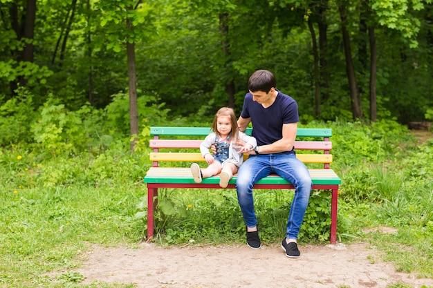 Pai amoroso com uma filha no parque.