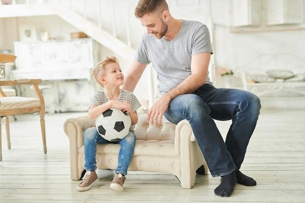 Pai amoroso, conversando com o filho fofo