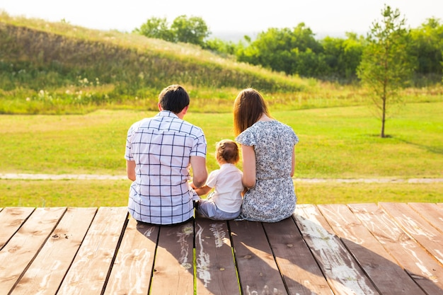Pai amoroso feliz, mãe e seu bebê ao ar livre