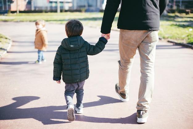 Pai, andar, com, filho, ligado, rua