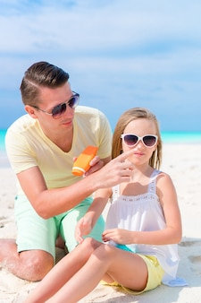Pai, aplicando, sol, creme, filha, nariz retrato, de, cute, menina, em, suncream