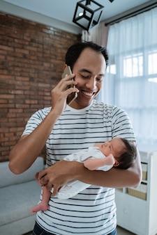 Pai asiático com filha tirando foto