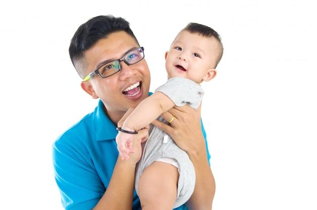 Pai asiático com seu filho bonito.