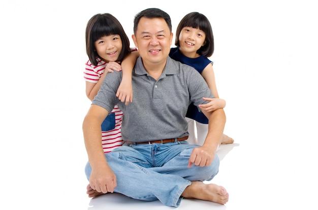 Pai asiático com suas filhas fofos.