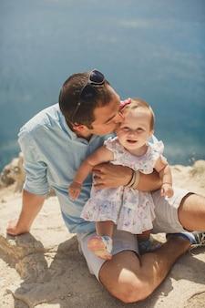 Pai beija filha