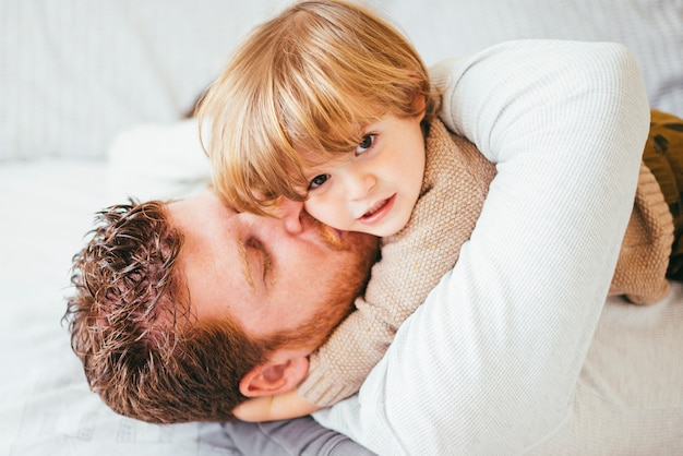 Pai, beijando, e, abraçando, criança